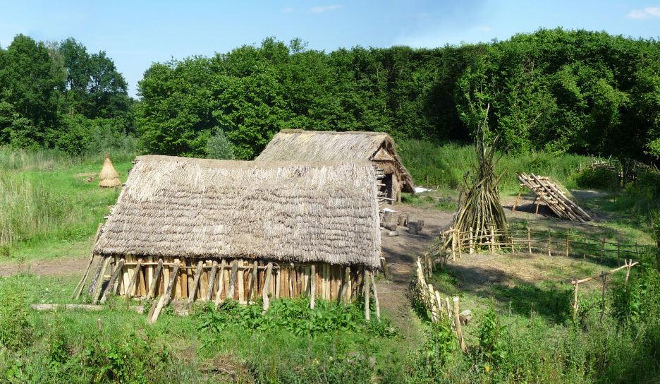 Foto van nagebouwd prehistorisch huis